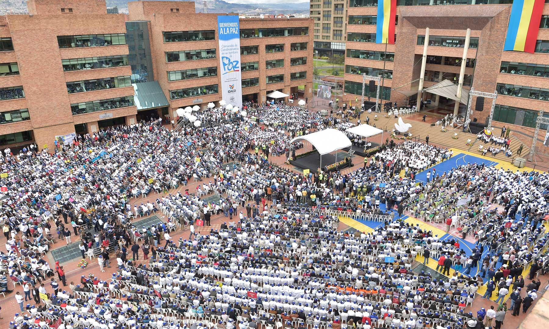 """Unos 8.000 miembros de juntas de acción comunal le dijeron """"Sí a la Paz"""", durante la toma de juramento en la Plaza de la Paz de la Gobernación de Cundinamarca, ante el Presidente Santos."""
