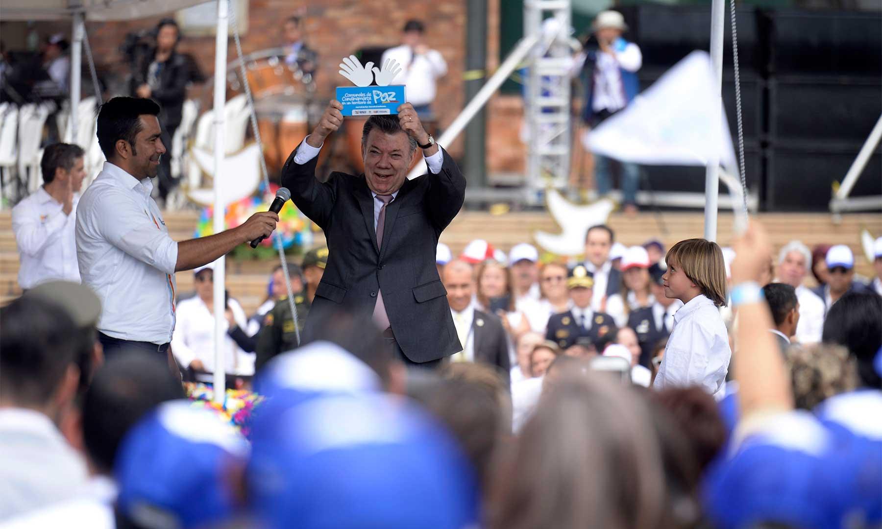 El Presidente Santos con la estatuilla 'líderes comunales de Cundinamarca en un territorio de paz', que le entregaron 8 mil dirigentes locales del departamento que se posesionaron hoy en Bogotá.
