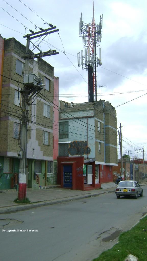 Los moradores de los edificios cercanos tienen que convivir con esta antena, que rivaliza con la altura de su vecina, la torre de la iglesia de San Mateo.