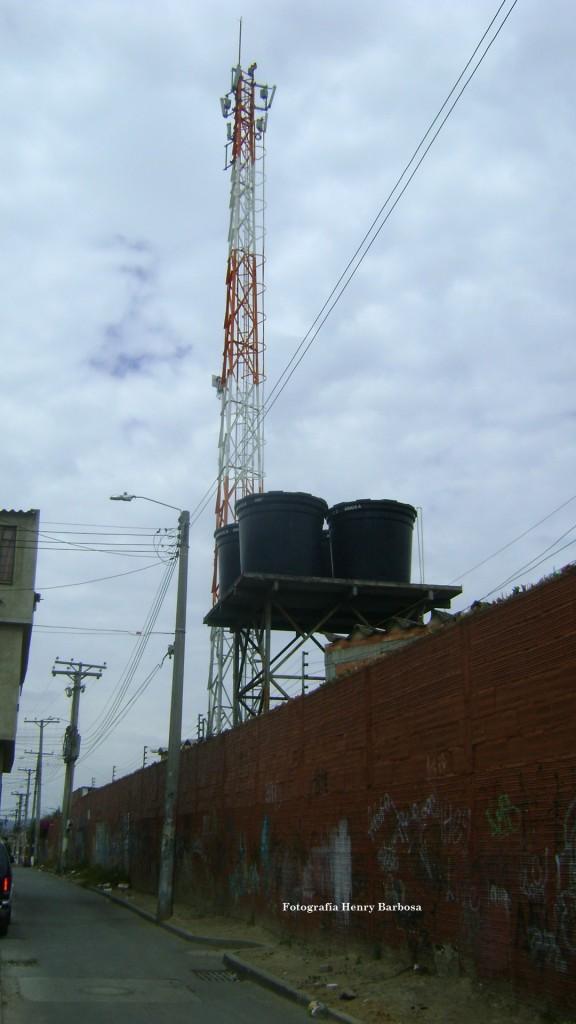 La autorización para instalar esta antena de telecomunicaciones en un colegio público, se le une a la serie de escándalos protagonizados por la Secretaría de Educación.