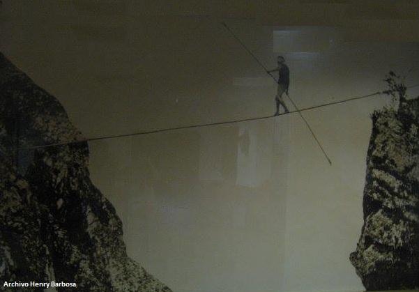 Harry Warner cruzando sobre la cuerda floja el cañon del cerro de Monserrate y el cerro de. Fotografía de Henry Duperly, copia en albúmina.