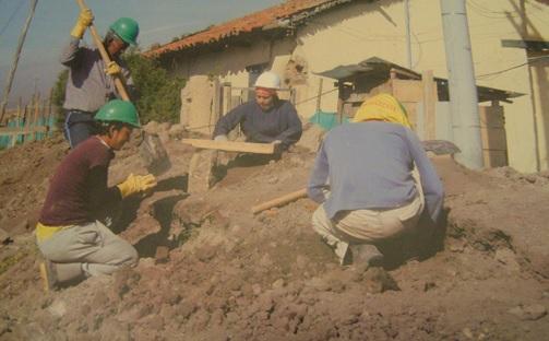 Los arqueólogos trataron de rescatar algunos fragmentos entre la tierra removida. Sólo se rescató un 20 por ciento, el restante 80 por ciento, fue destruido para siempre y botado en una escombrera.