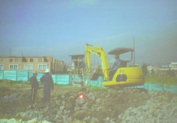 A pesar que en cada centímetro de tierra removida aparecían restos humanos y material arqueológico, los contratistas y la empresa interventora agilizaron la construcción y no informaron del hallazgo. La Administración municipal no hizo nada para impedirlo a pesar de las denuncias.