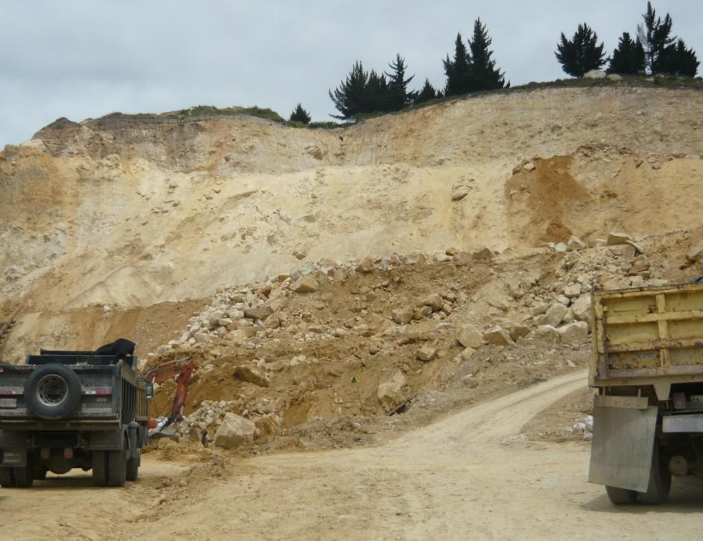 En la cima del corte minero, se ven los pinos donde empieza la zona arqueológica que contiene pintura rupestre.
