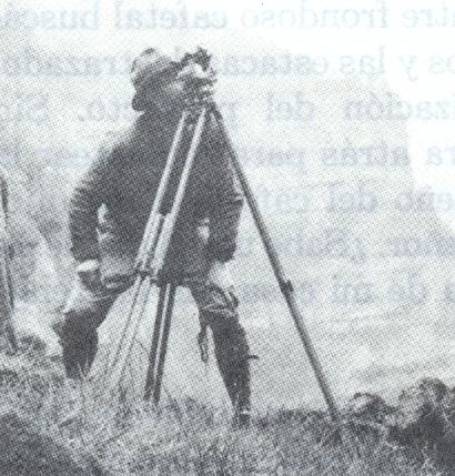 El ingeniero Uribe White midiendo ángulos de altura.