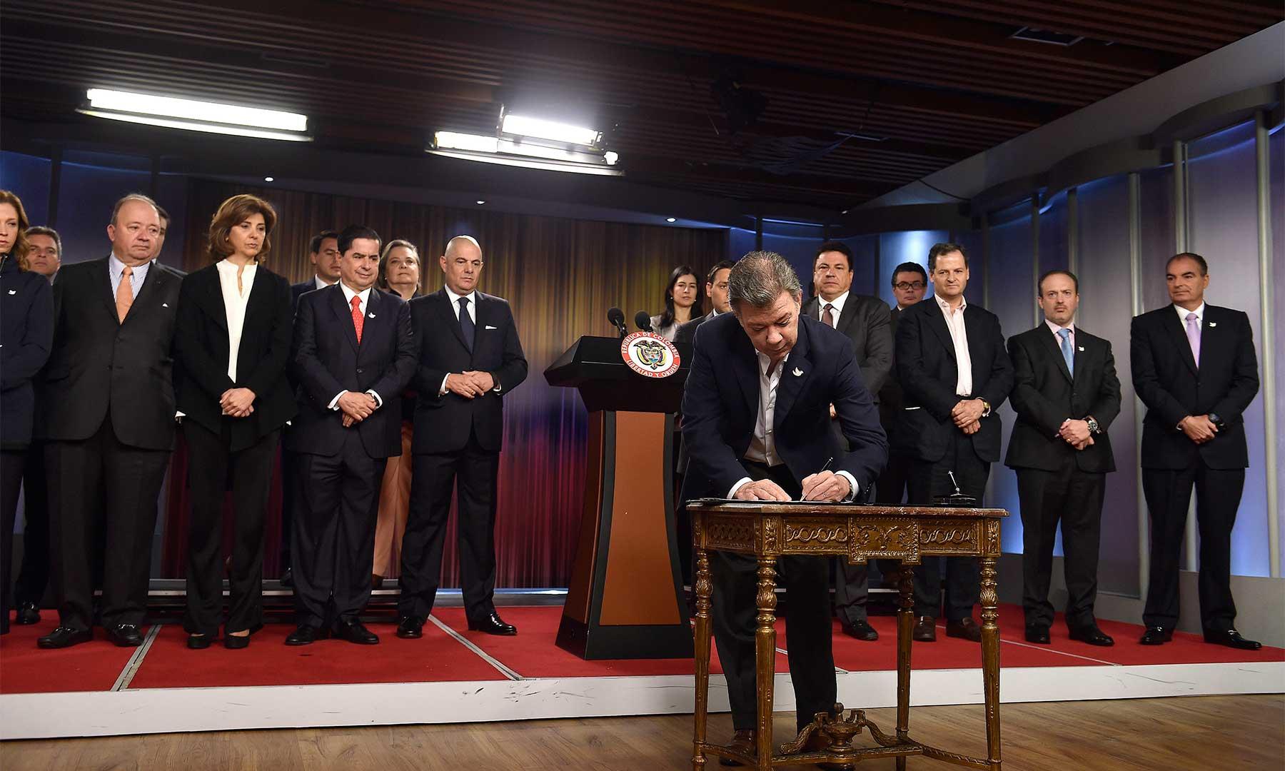 El Presidente Santos, acompañado por el Vicepresidente, los Ministros y los presidentes del Senado y la Cámara, firmó este martes en la Casa de Nariño el decreto que convoca el plebiscito para el próximo domingo 2 de octubre.