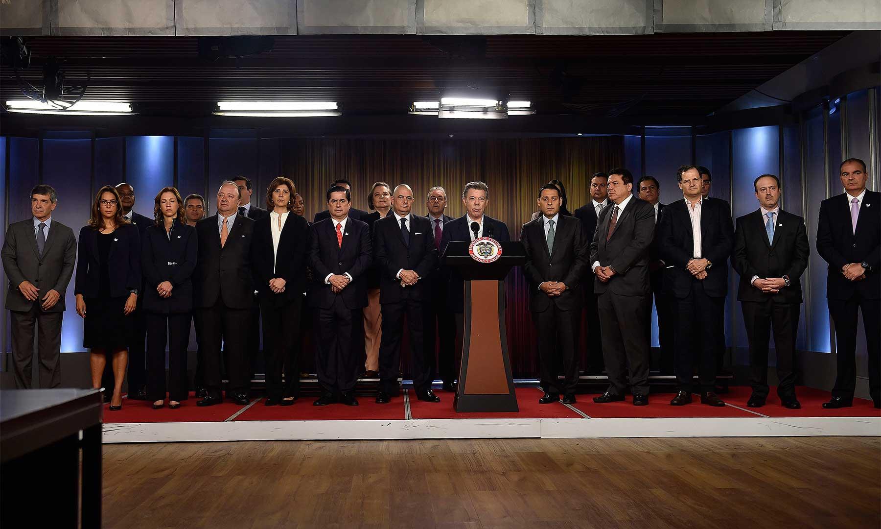 El Vicepresidente, los Ministros y los directivos del Congreso rodearon este martes al Presidente durante la firma del decreto que convoca al plebiscito y fija la pregunta responderán los colombianos.