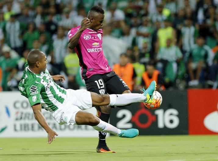 La jugada más polémica del encuentro. Alexis Henríquez cruza al delantero de Independiente. El cuadro ecuatoriano pidió penal.