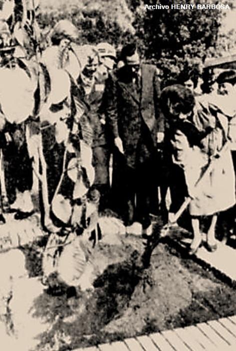 """La primera dama norteamericana, Rosalynn Carter, pala en mano, siembra el """"Ficus Tequendamae"""" en la plazoleta del Bicentenario, frente al Colombo-Americano, el alcalde Gaitán Mahecha la acompaña en esta siembra simbólica."""
