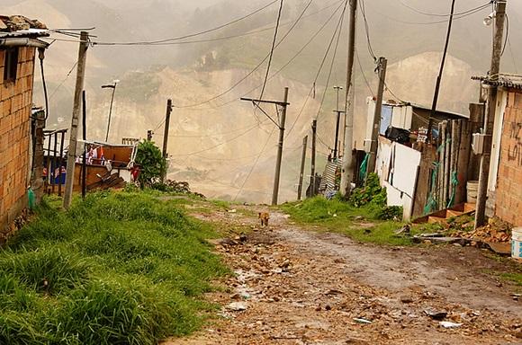 Algunas zonas compatibles con la minería (ZCM) se encuentran aledaños a grandes asentamientos subnormales y cuyas familias viven en condiciones de pobreza crítica.