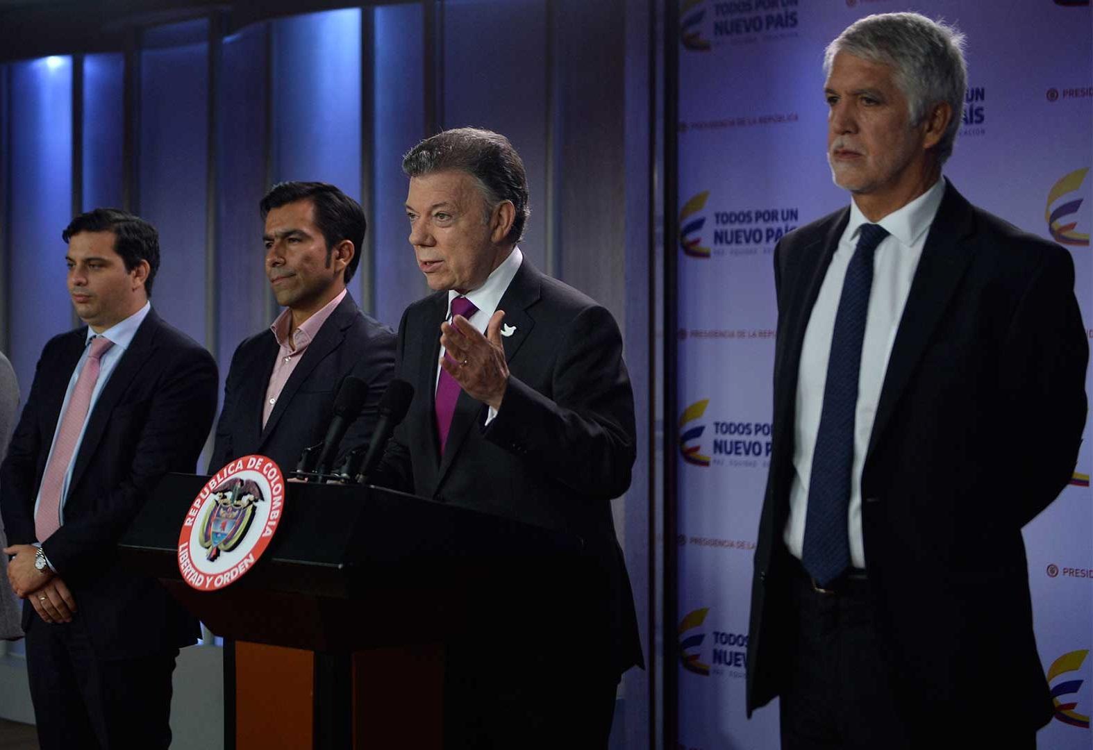 El Presidente Santos, acompañado por el Alcalde de Bogotá, Enrique Peñalosa; el Gobernador de Cundinamarca, Jorge Emilio Rey; y el Director de Planeación Nacional, Simón Gaviria,  anunció un espaldarazo al Metro capitalino.