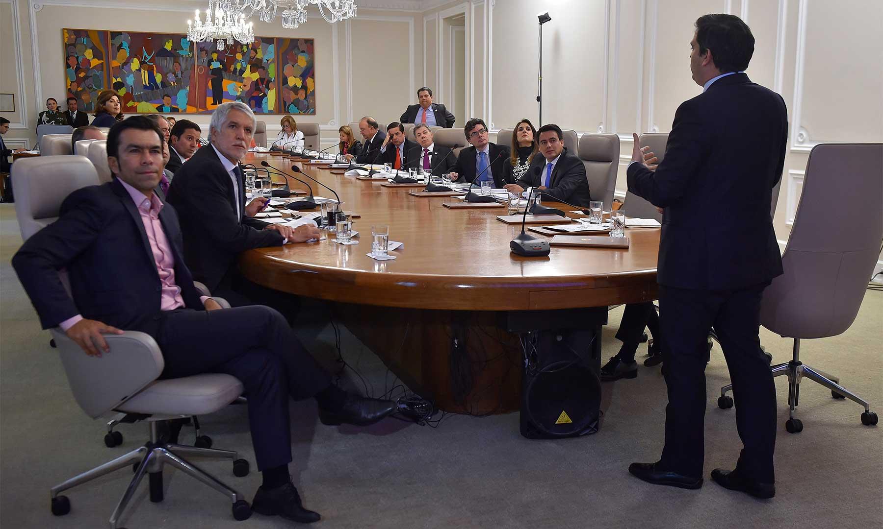 El Conpes, encabezado por el Presidente, aprobó este martes tres proyectos de movilidad para la región capital, con inversión de más de 15 billones. Participaron el Alcalde de Bogotá y el Gobernador de Cundinamarca.