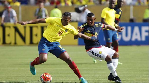 Luis Antonio Valencia, disputa un balón ante Farid Díaz de Colombia.