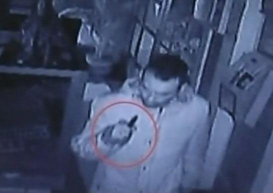 Imagen capturada por una cámara de seguridad del agresor con un puñal en la mano.