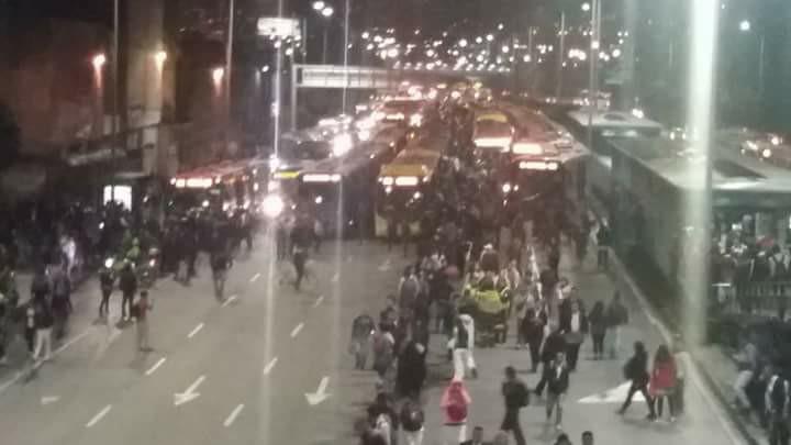 Totalmente colapsada permaneció la Troncal de Transmilenio por las protestas del día martes.