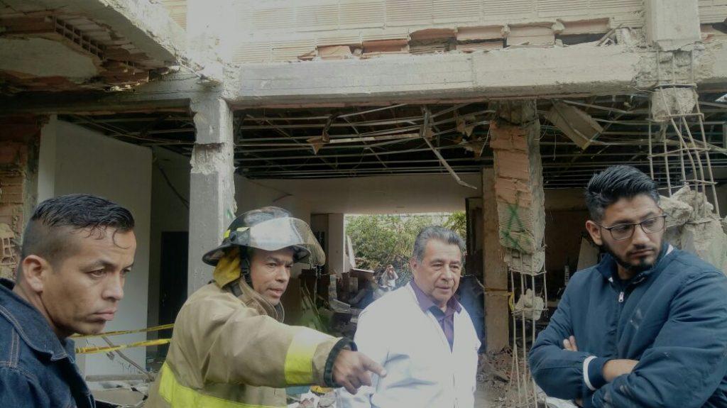 El alcalde Eleázar González realizó una visita junto con el equipo de bomberos a la vivienda donde ocurrió la explosión.