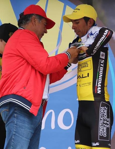 El alcalde de Soacha Eleázar González impone la camiseta de campeón de la Clásica de Ciclismo de Soacha 2017 a Carlos Becerra.