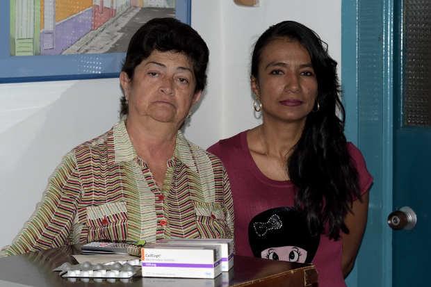 María Elena recibió ayer en la tarde los medicamentos que tenía pendientes. Luz Mery aún espera la entrega completa de las fórmulas. Foto La Patria.
