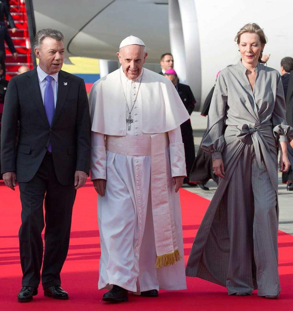 El Papa Francisco fue recibido por el Presidente Juan Manuel Santos y su esposa María Clemencia Rodríguez en el Aeropuerto Eldorado.