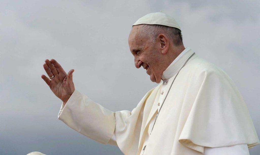El Papa Francisco saluda a los miles de bogotanos que le dieron la bienvenida en el inicio de su histórica Visita Apostólica a Colombia.