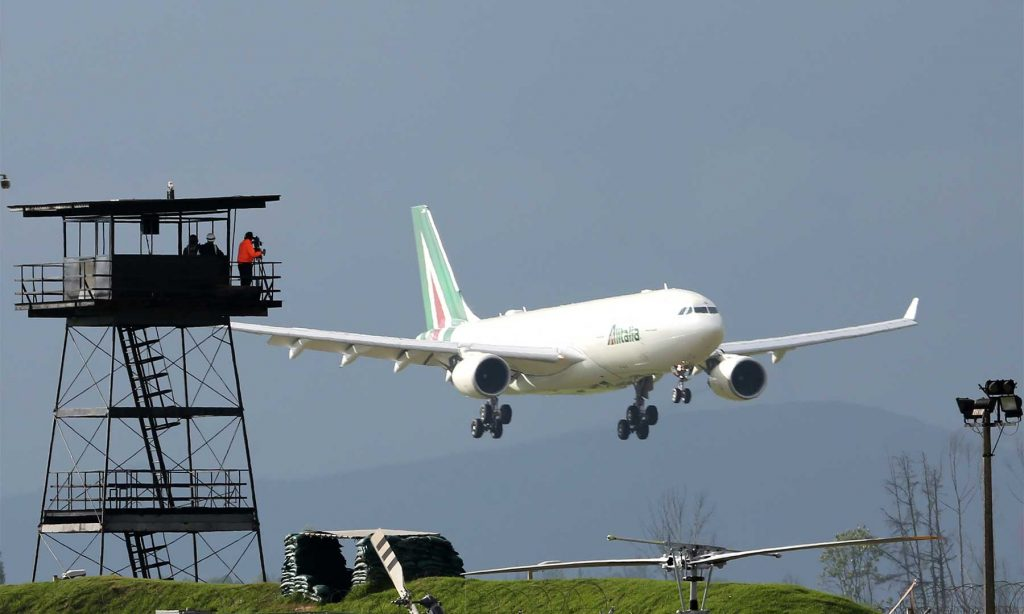 Hacia las cuatro de la tarde, el avión Pastor 1 de Alitalia, con el Papa Francisco a bordo, se aproximó al aeropuerto de Catam con la Sábana de Bogotá de fondo. (Dar clic para ampliar).