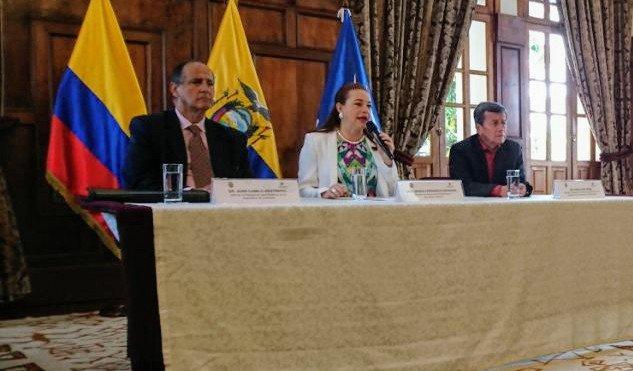 El anuncio lo hicieron desde Quito el exministro Juan Camilo Restrepo, jefe del equipo negociador del Gobierno colombiano, Maria Fernanda Espinosa, ministra de Relaciones Exteriores del Ecuadoy y Pablo Beltrán, comandante del ELN.