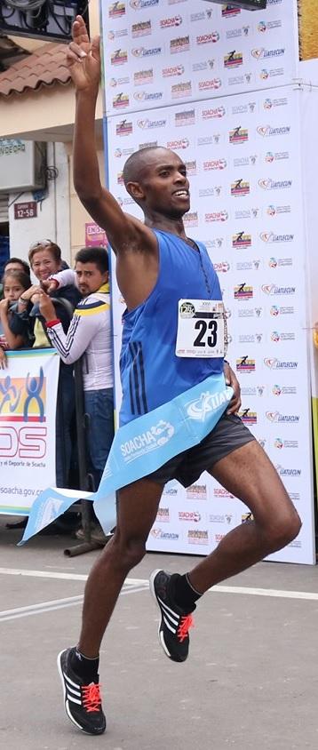 Daniel Muteti cruza victorioso la meta en la XXVI Carrera Atlética Internacional Ciudad de Soacha.