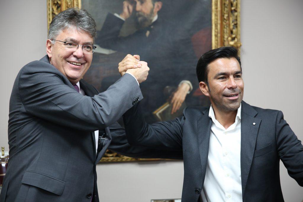 El ministro de Hacienda, Mauricio Cárdenas y el gobernador de Cundinamarca Jorge Emilio Rey, celebran la firma del convenio que garantizan la financiación de las obras del Regiotram y las fases II y III de TransMilenio de Soacha.