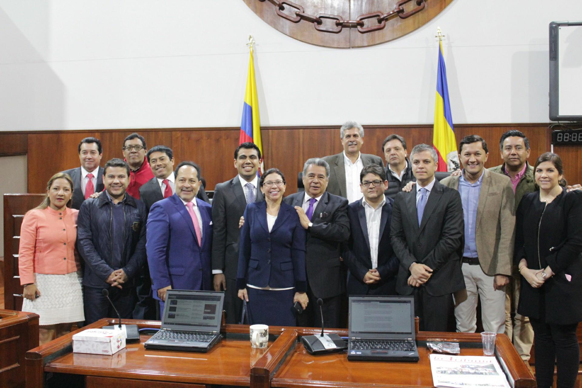 Al término de la sesión posaron la Asambla en plno junto con el alcalde de Soacha, Eleázar González.
