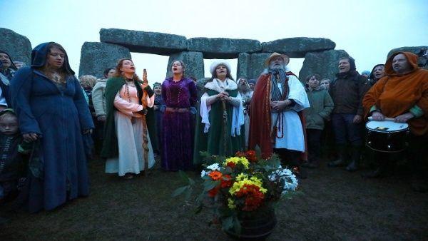 Con música y cantos, los asistentes celebraron la salida del sol después de la noche más larga del año. | Foto: EFE