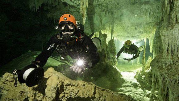 Exploradores en el sistema Sac Actún, en Tulum. Foto: H. Meyrl/Proyecto GAM