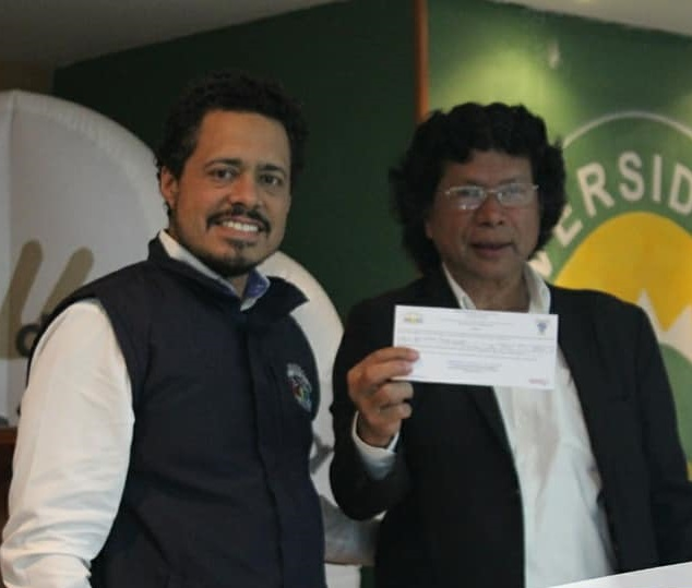 El personero municipal Ricardo Rodríguez entrega la credencial al nueco consejero Manuel Arango.