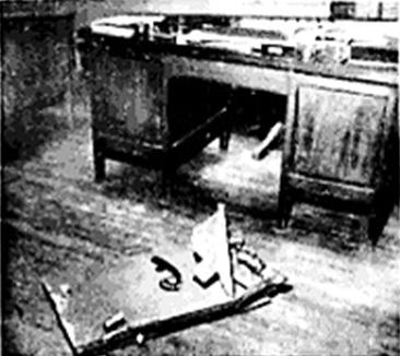 SOACHA. – La gráfica muestra el estado en que quedó la tapa de la caja fuerte de la Agencia de Bavaria, después de haber sido abandonada por los ladrones que se sustrajeron $ 29.031.95 pesos. Foto Benavides. El Tiempo 5 de enero de 1960.