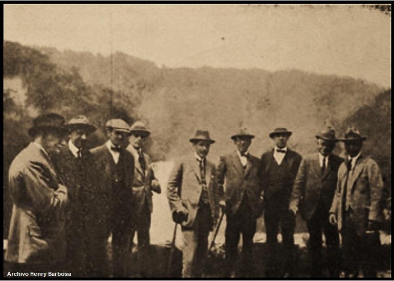 Los cinco miembros de la Misión Kremmerer de paseo al Salto del Tequendama. Imagen de los paseantes en el mirador del Salto.