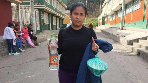 Yenisel Pérez, hermana de Yenery, saliendo a trabajar en peluquería, lo mismo que hacía en Venezuela. Foto: Natalio Cosoy/ BBC Mundo