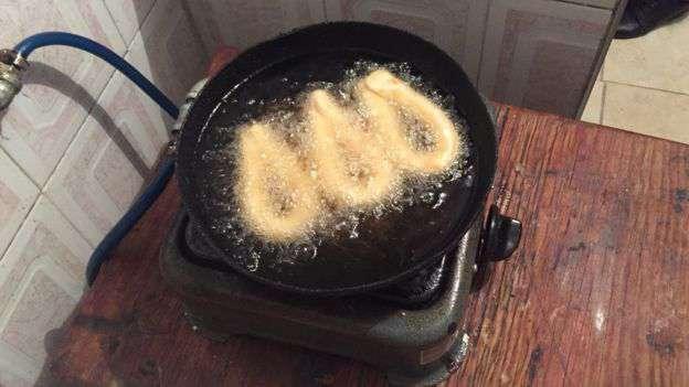 El único fogón de la cocina, aquí utilizado para preparar mandocas. Foto: Natalio Cosoy/ BBC Mundo
