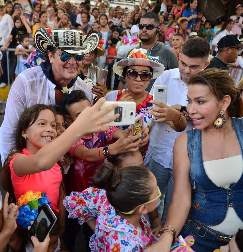 El carisma de Carlos Vives y el cariño de sus fans fueron la caracteristica del desfile de Piloneras.