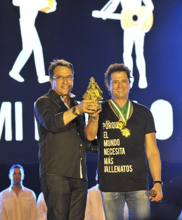 En en la noche inaugural del 51 Festival de la Leyenda Vallenata, el reconocimiento de la Pilonera Mayor le fue entregada a Carlos Vives de manos del presidente de la Fundación Festival de la Leyenda Vallenata, Rodolfo Molina Araújo.