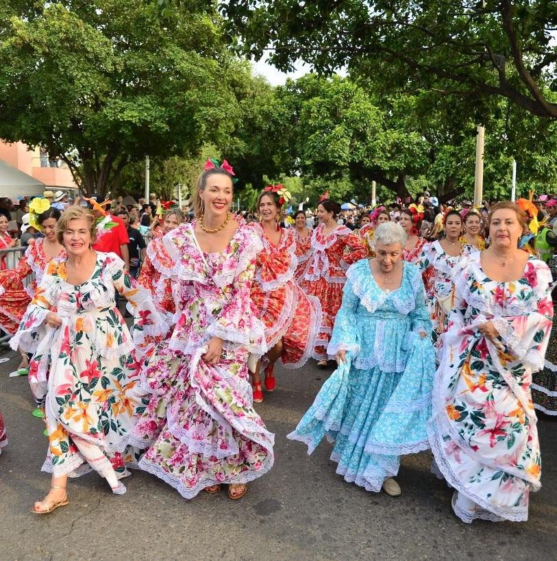 El garbo y la belleza de la mujer vallenata se vio durante el desfile de piloneras por las principales calles de Valledupar.