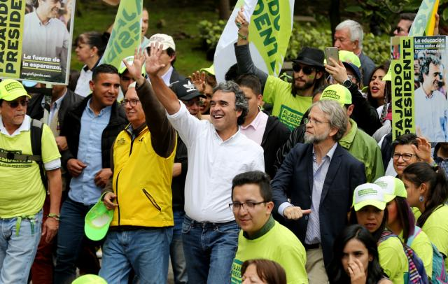 El candidato a la presidencia de Colombia Sergio Fajardo (c), de la centrista Coalición Colombia, saluda a sus seguidores junto a Antanas Mockus (c-d) y Jorge Robledo (c-i), en una caminata el 20 de mayo de 2018, en Bogotá (Colombia) (Foto EFE/Leonardo Muñoz).
