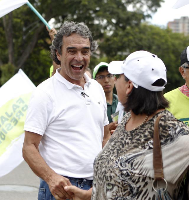 El candidato a la presidencia Sergio Fajardo saluda a una seguidora durante una entrega de volantes por las calles de Medellín (Foto EFE/Luis Eduardo Noriega).