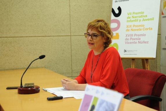 Marisa Ruz, delegada de Cultura de la institución provincial, presentó la convocatoria de sus premios literarios -el XVIII Premio de Poesía Vicente Núñez, el XIX Premio de Novela Corta y el VII Premio de Narrativa Infantil y Juvenil.