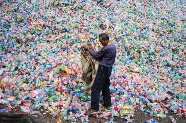 China ha dejado de aceptar millones de toneladas de material para reciclaje, lo que ha puesto en aprietos a los países de occidente, que consumen y desechan en cantidades ingentes y no tienen dónde poner esos residuos. (AFP)
