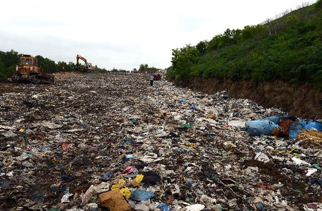 El enterramiento de materiales que antes iban a reciclaje en los mismos tiraderos para el resto de las basuras es una solución creciente, aunque ominosa, en EEUU y muchos otros países que ya no tienen en donde poner los residuos que antes eran reciclados en China. (AFP) El enterramiento de materiales que antes iban a reciclaje en los mismos tiraderos para el resto de las basuras es una solución creciente, aunque ominosa, en EEUU y muchos otros países que ya no tienen en donde poner los residuos que antes eran reciclados en China. (AFP)