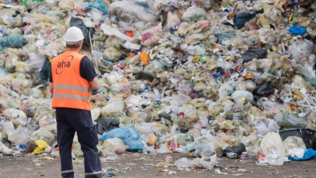 ¿Qué hacer con tanta basura, reciclable o no? La solución de largo plazo para evitar enormes montañas de residuos y transformar la sociedad y el medio ambiente es simplemente eliminar o sustituir al máximo el consumo materiales que resultan presicndibles y son muy contaminantes como plásticos. (DPA) ¿Qué hacer con tanta basura, reciclable o no? La solución de largo plazo para evitar enormes montañas de residuos y transformar la sociedad y el medio ambiente es simplemente eliminar o sustituir al máximo el consumo materiales que resultan presicndibles y son muy contaminantes como plásticos. (DPA)