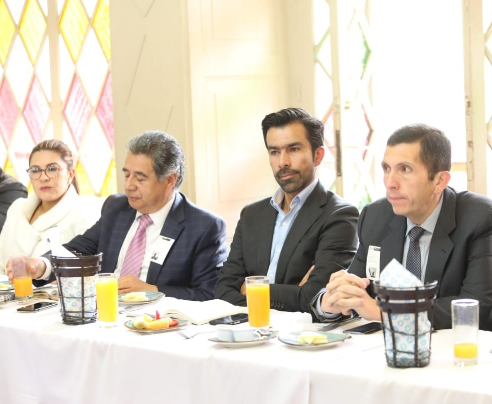 A la reunión de movilidad también asistieron: Ana Lucía Escobar Vargas, Alcaldesa de La Calera, Eleázar González, alcalde de Soacha, Jorge Emilio Rey, gobernador de Cundinamarca y Leonardo Donoso Ruiz, alcalde de Chía.