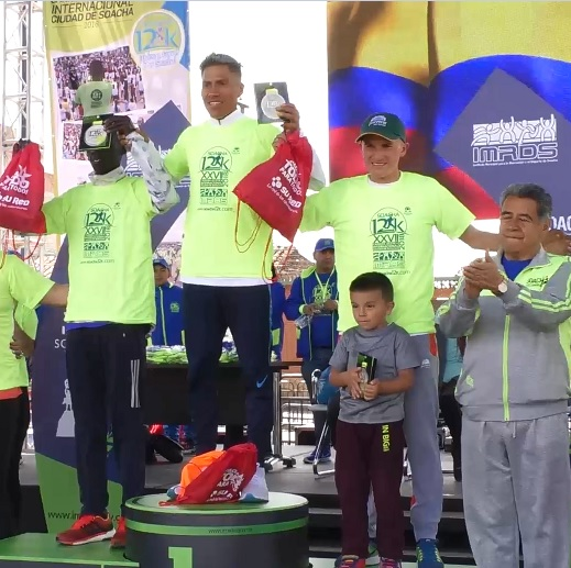Podio de la categoría Mayores. De izq. a der: keniano Kiplimo Kimutai (segundo lugar), David Canchanya (Campeón) y Miguel Amador (tercer lugar).