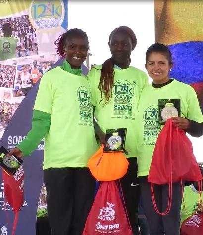 Podio de la categoría Femenina. De izq. a der: Pamela Chepchumba (segundo lugar), Kiptoo Jepkemoi (Campeona) y Ginary Camargo Triana (tercer lugar).
