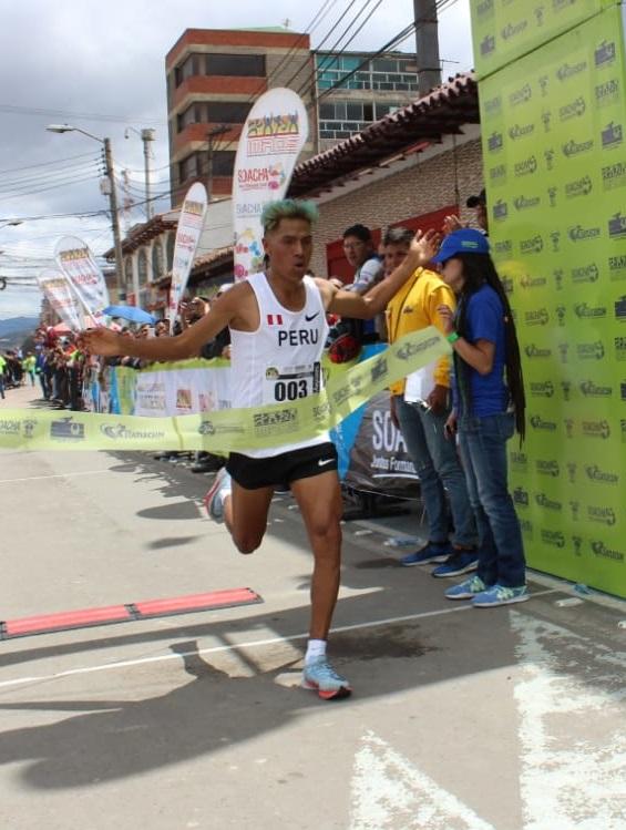 El peruano David Canchanya cruza victorioso la meta en la XXVII Carrera Atlética Internacional Ciudad de Soacha.