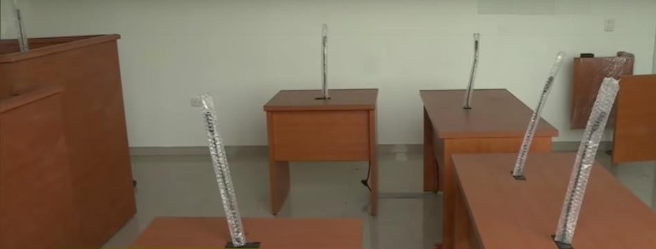 El mobiliario de las salas de audiciencia están listas.